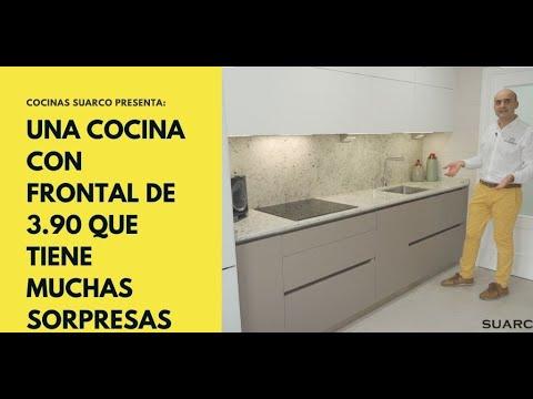 Cocina  pequeña moderna en línea recta blanca y arena con perfil gola y encimera de granito