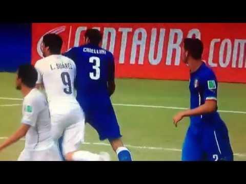 BEST FOOTBALL FIGHT.Luis Suarez ujeo Kјelinija.Luis Suarez bites Chiellini.СУАРЕС УКУСИЛ КьЕЛЛИНИ