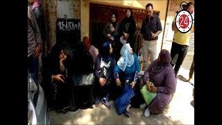 بكاء ودعاء وقرآن.. أمهات طلاب الثانوية العامة يفترشن الأرض أمام المدارس (فيديو)