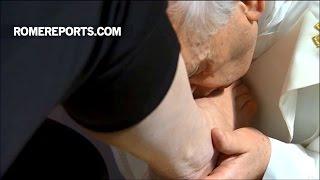 Đức Giáo Hoàng nhẹ nhàng rửa chân cho 12 tù nhân vào Thứ Năm Tuần Thánh