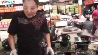 Crazy Chinese cook with high skill and efficiency -- handle 10 pans at one time