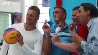 Háromszoros olimpiai bajnok vízilabdázók a repülőtéren