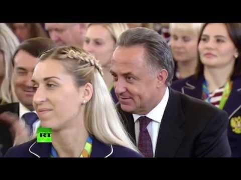 Владимир Путин награждает