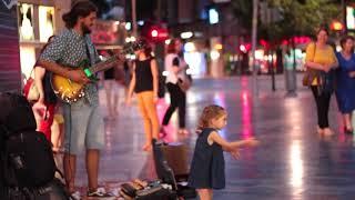 Маленькая девочка танцует под песню Despacito