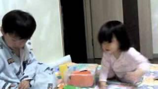 1歳半で、もうママゴトの真似っこが出来てたんだね~やっぱり、女の子っ...