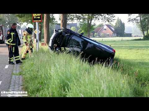 Auto op de kant in de sloot in Hellendoorn