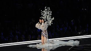 Chinese model falls at Victoria's Secret show