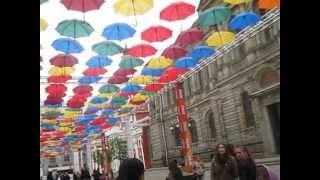 видео «Небо из зонтиков» в португальском городе Agueda