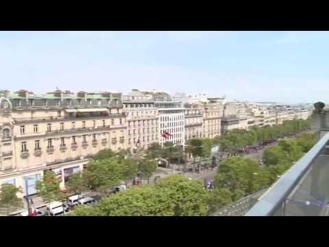 Des milliers de personnes attendent les Bleus sur les Champs-Élysées