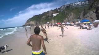 ブラジルのビーチでリフティングの輪にヘディングで混じっているワンちゃんのスゴ技