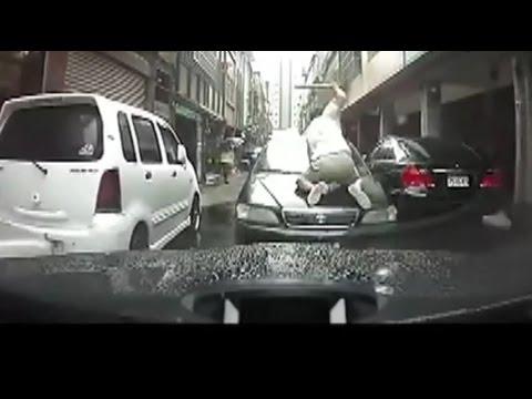 ヤクザに絡まれてる車に遭遇!バットでフロントガラスを滅多打ちにされたまま激突してきた!!ドライブレコーダー