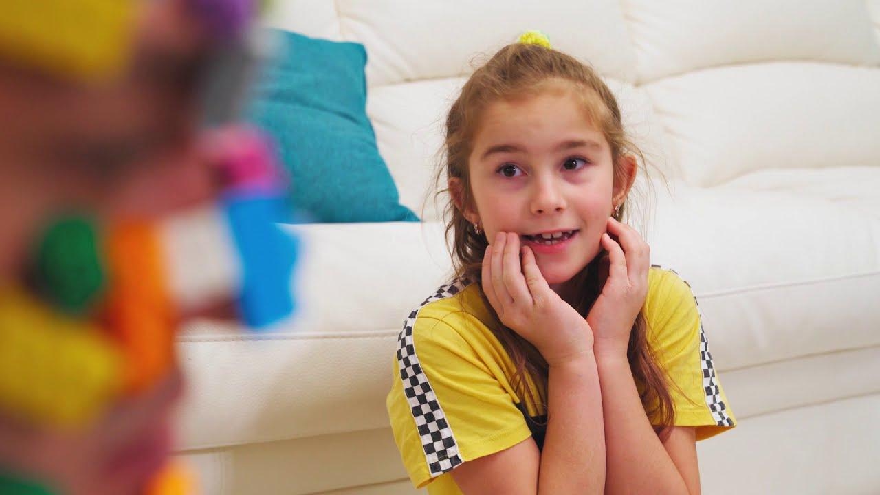 खिलौने डैडी के चेहरे के मेलिसा और आर्थर पर चिपक जाते हैं