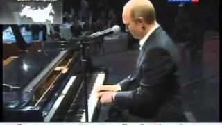 Владимир Путин играет на пианино