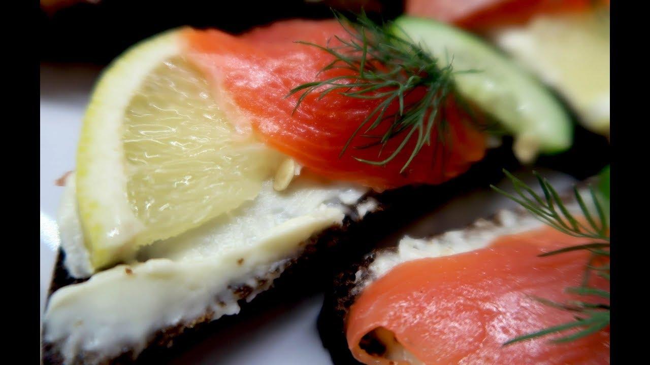 Бутерброды с красной рыбой, огурцом и лимоном. Вкусные бутерброды на праздничный стол