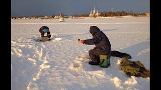 Зимняя рыбалка на р Волхов 4 Клевало плохо но мы держались Варим правильную уху на костре