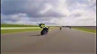 Peça de moto atinge piloto que desmaia em cima da moto e sofre acidente a 225 km/h