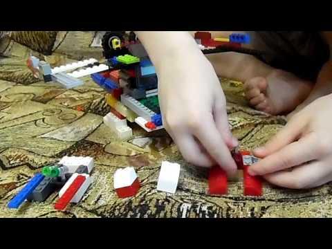 Саша конструирует из Лего
