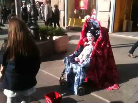 Il bimbo con la faccia da adulto tutti pazzi per l artista di strada ... e44ed2b57a5