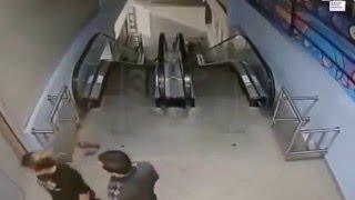 Московские школьницы зверски избили мужчину (полное видео)(, 2016-01-19T00:51:05.000Z)
