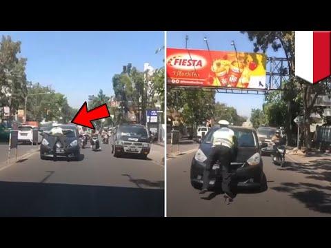 Video viral polisi menempel di mobil pengemudi yang melanggar aturan - TomoNews