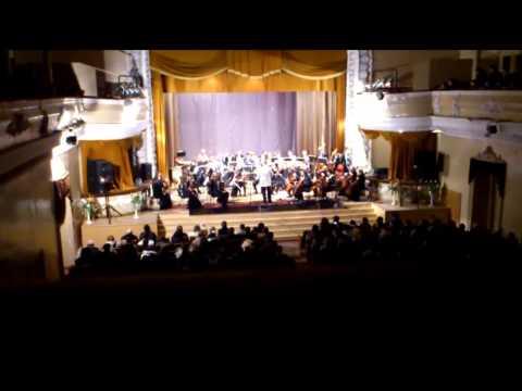 Симфонический оркестр исполняет рок хиты 20-ого века.