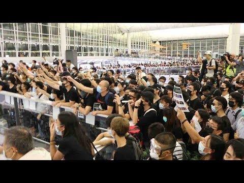 香港空港デモ 警察に抗議する黒服の若者たち