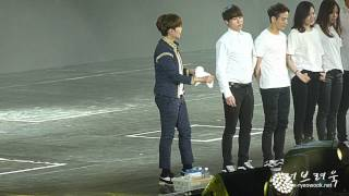 [fancam] 150501 SS6 Singapore - Ryeowook throwing towels to fans (cute~~)