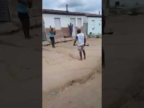 Casal usa machado e pá em briga no meio da rua em Miguel Calmon