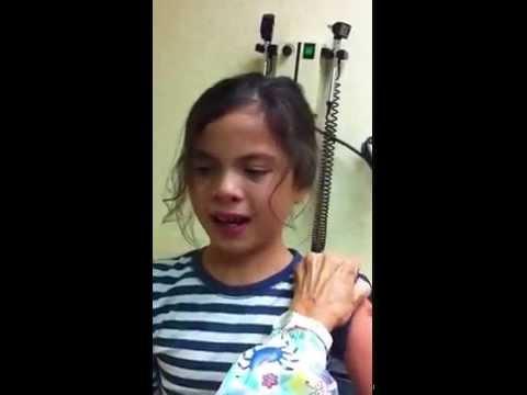 فيديو مضحك لطفله تخاف من الابر