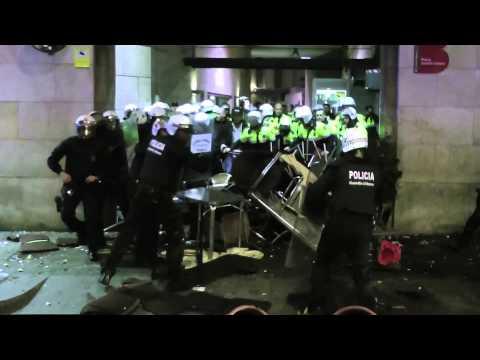 Atac a comissaria de la Guàrdia Urbana de Ciutat Vella. Barcelona #Gamonal [Contrainfos]