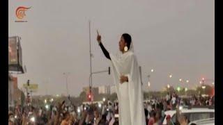 آلاء صلاح.. الكنداكة التي ألهبت حناجر المتظاهرين