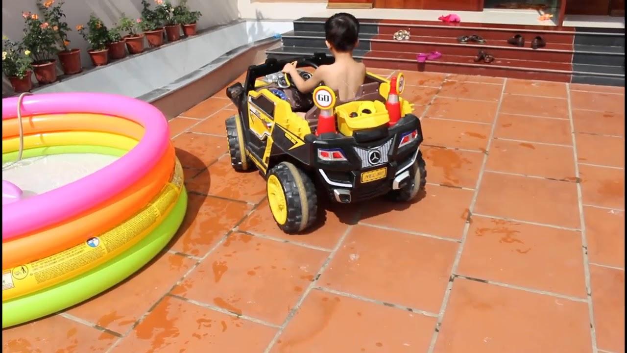 الأطفال الصغار يلعبون فى بركة البرق ماكوين السيارات بالونات المياه للأطفال ألعاب الصيف والمرح Youtube