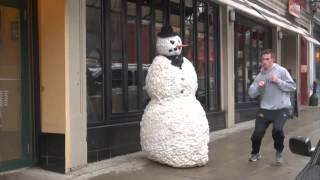 Розыгрыш Живой снеговик пугает прохожих