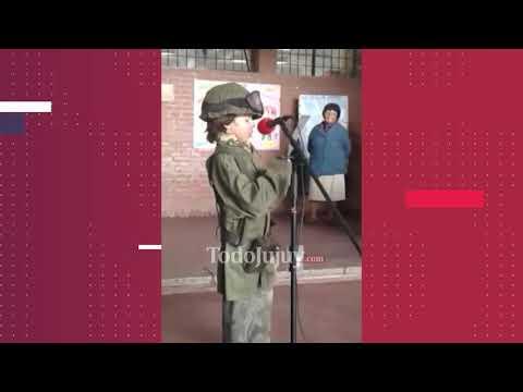 Un niño con el uniforme de un soldado de Malvinas y la carta de un caído emocionó a todos
