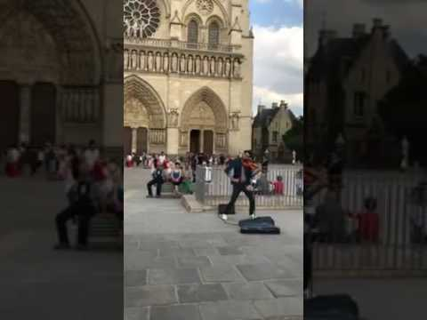 hombre toca la cancion despacito con un violin