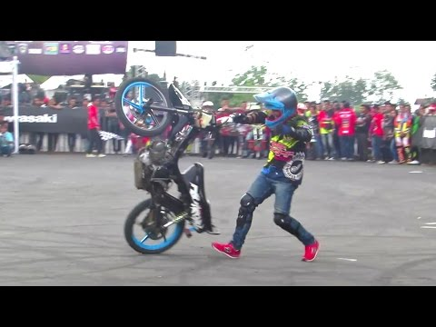 Menggila dengan Motor Bebek Ibu2 SUPRA X - Freestyle Motor Bebek DIKA Padud Jaya (Moped Bike Stunts)
