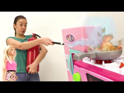 видео: Мультики для девочек. Кухня #Барби в огне🔥Тушим пожар на кухне у Барби! Игры с Барби на #Мамыидочки
