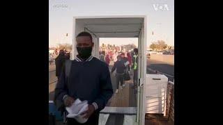 南非一公交站的通勤者都被喷洒消毒剂,防止新冠病毒传播
