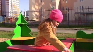 VLOG Вика играет во дворе с собачкой и весело играют с братиком