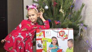 Дети играют с новой игрушкой Алина и Юляшка наряжают ёлочку Подарки на новый год ВЛОГ