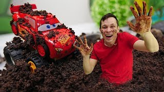 Молния Маквин и игры гонки по грязи! Видео с машинками Тачки в Автомастерской.