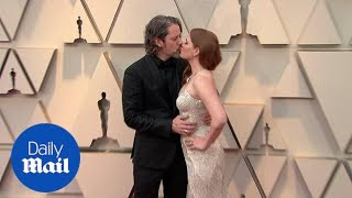 Amy Adams and husband Darren Le Gallo share kiss at 2019 Oscars