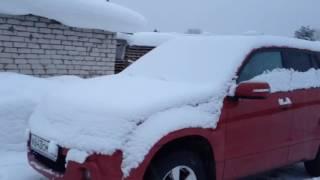 видео Как правильно очистить авто от наледи и снега