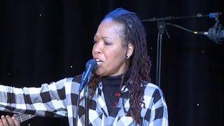 Lisa Simone chante