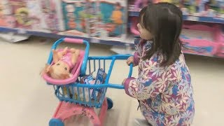 LAURA E BABY ALIVE BRINCANDO NO SUPERMERCADO, Shopping at the supermarket Funny playtime in store !