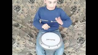 Десити Летний мальчик играет на барабане (МАШАЛА)
