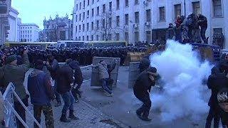 إصابة مائة من عناصر الشرطة في مواجهات في العاصمة الأوكرانية والمعارضة تطالب الرئيس بالإستقالة