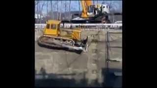 Кран упал не удержав трактор.(При попытке опустить трактор - бульдозер вниз строительной площадки, кран не выдержав веса груза - опрокину..., 2013-04-10T11:24:38.000Z)