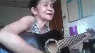 Cụ bà vừa đánh đàn guitar vừa hát Beautiful Sunday cực hay