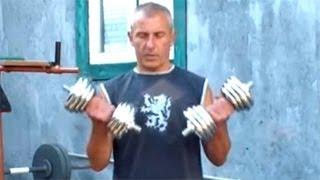 Упражнение подъем гантелей на бицепс стоя